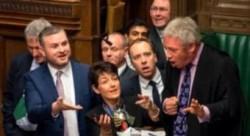 首相への質疑応答の際に、メイさんの真正面に坐った労働党のコービン党首が「あほな女」(stupid woman)とつぶやいたということで議場が揉めたことがある。12月半ばのこと。上の写真は下院の保守党議員がバーコウ議長(右端)のところへ歩み寄ってコービンへの罰を要求しているところ。結局、証拠不十分ということで特に罰は課されなかったのですが、この大事な時期に・・・と眉をひそめる向きも。